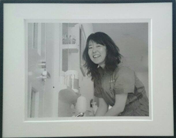 「ミサ先生は作業中」岡田愛子(写真)